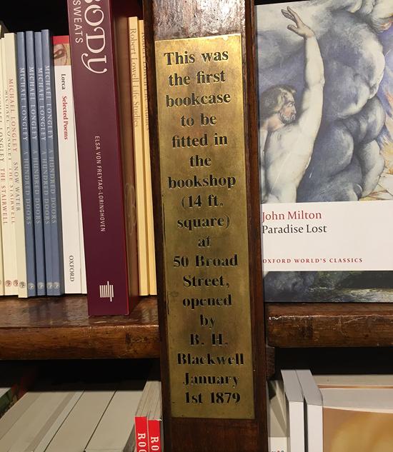 bookwshelves-in-poets-corner